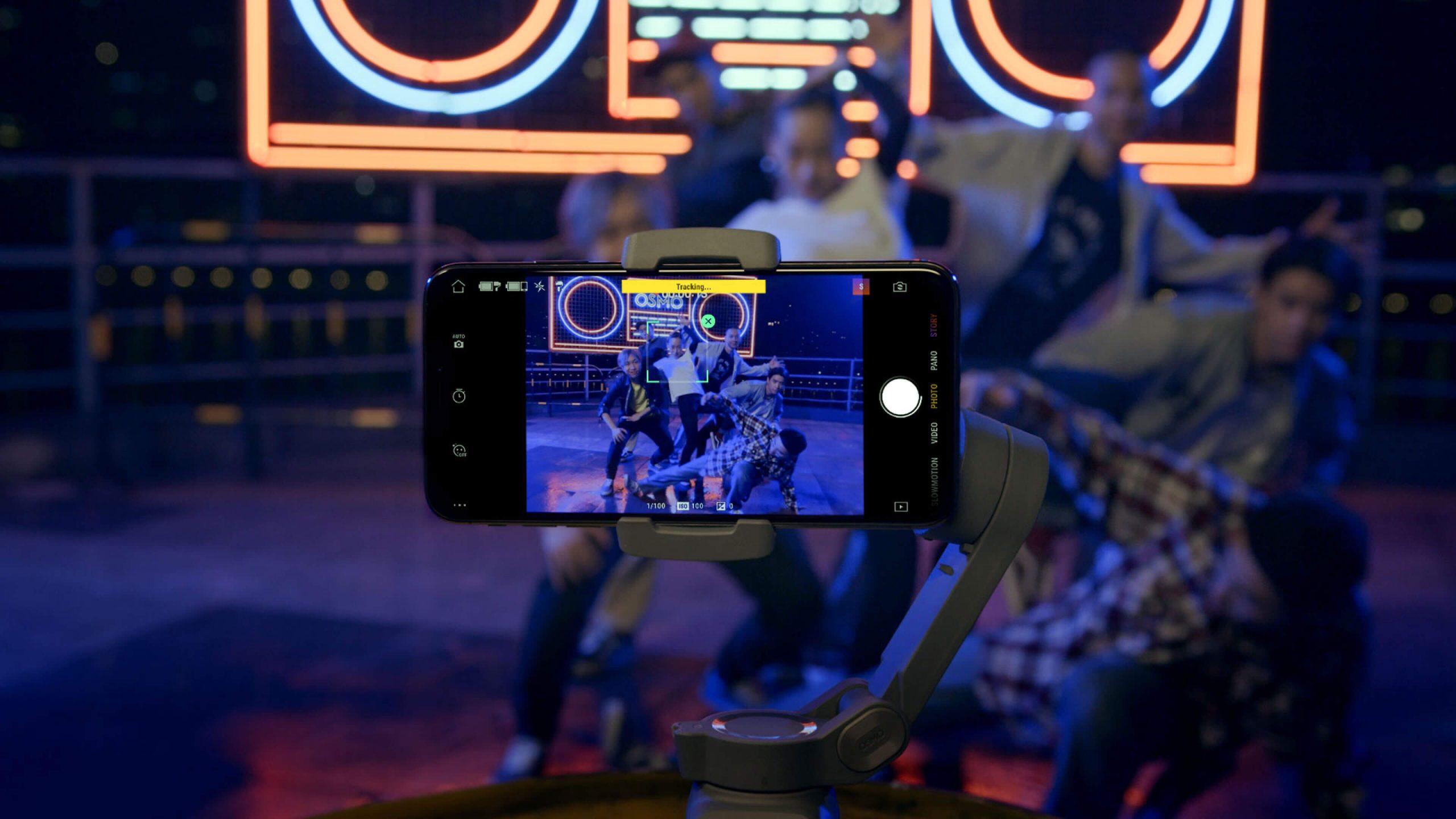 DJI Osmo Mobile 3 combo điều khiển bằng cử chỉ